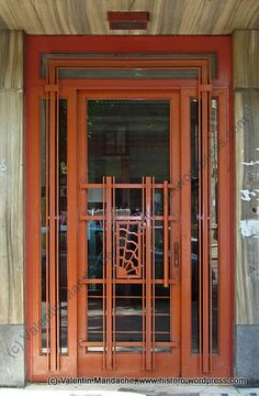 A late 1930s Art Deco style doorway for an apartment block in the Mantuleasa area of Bucharest. (©Valentin Mandache)
