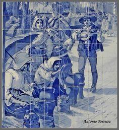 Pormenor do painel ornamental pintado em azul, com um tema etnográfico, mostrando as assadoras de castanhas na romaria de S. Torcato, em Guimarães. Aplicado em 1915, decora o átrio da Estação de S. Bento, Porto, sendo uma excelente obra do pintor ceramista Jorge Colaço. Fotografia de António Ferreira.