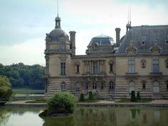 Le château de Chantilly - Guide tourisme, vacances & week-end dans l'Oise -Votre annonce ici Ce palais, composé d'un Petit Château datant du XVIe siècle et d'un Grand Château édifié au XIXe siècle, est une ancienne demeure princière située à Chantilly. Il est aujourd'hui possible de visiter les appartements des princes de Condé et du duc d'Aumale ainsi que le musée Condé exposant une prestigieuse collection de peintures anciennes. A l'extérieur, un merveilleux parc de 115 hectares invite à…