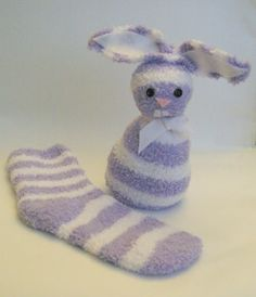 Häschen aus Kuschelsocken Do you have a growing pile of odd socks? Don't get frustrated, we've found 10 clever craft ideas you can do with those odd socks. Sock Crafts, Bunny Crafts, Easter Crafts For Kids, Easy Crafts, Easter Ideas, Rabbit Crafts, Creative Crafts, Preschool Crafts, Operation Christmas Child