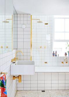 Tänker ni som vi – att det de mässingsfärgade detaljerna som lyfter hela det här badrummet? Det tycker iallafall vi!...