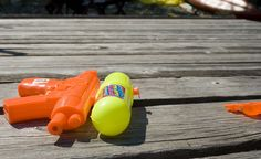 ¿Os gusta jugar a los dos y ser como niños un rato? Con unas pistolas de agua lo podrás conseguir.  http://comosorprenderatupareja.wordpress.com/2013/10/11/sorpresa-en-la-ducha/