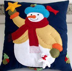 Felt snowman on a denim pillow. jeans e feltro Christmas Fabric Crafts, Christmas Cushions, Christmas Sewing, Diy Christmas Gifts, Felt Crafts, Christmas Stockings, Felt Snowman, Wool Applique, Xmas Ornaments