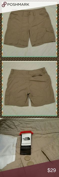 """The North  Face short size 8 Like New Measures: waist 15"""" rise 8 1/2"""" inseam 6 1/2"""" Fabric 100% nylon The North Face Shorts Bermudas"""