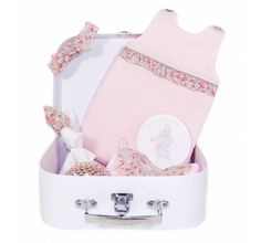 """Découvrez la box """"Aux Plumes !"""" de La Poupetterie, valise offerte et promo sur l'ensemble poupon. Cadeau tout trouvé pour les petites filles et leurs poupées !"""