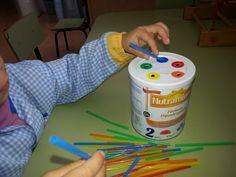 Treballem la pinça amb jocs fets a partir de materials reciclats.