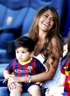 Antonella Roccuzzo et Leo Messi avec Thiago avant le match FC Barcelone - Getafe , le 03 Mai