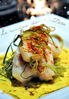 Poached cod back and scallops with leek fondue - Doria& cuisine - Ingredients for 4 people 4 cod back 12 scallops 2 leeks 1 onion 1 tsp colombo 20 cl chicken b - Clean Eating Diet, Healthy Eating Tips, Clean Eating Recipes, Healthy Dinner Recipes, Shellfish Recipes, Meat Recipes, Seafood Recipes, Cooking Recipes, Fish Dishes