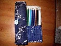 Free tutorial with pictures on how to sew a roll-up pouch in under 90 minutes by sewing, hand sewing, and machine sewing with fabric, pencil, and felt tip pen. in the Sewing section Difficulty: Simple. Knit Or Crochet, Crochet Hooks, Roll Up Pencil Case, Pencil Bags, Leather Pouch, Craft Tutorials, Hand Sewing, Sewing Projects, Rolls