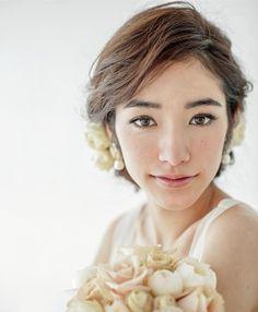 ゆるウエーブ+生花のエレガントアップヘア!/Front ヘアメイクカタログ ザ・ウエディング
