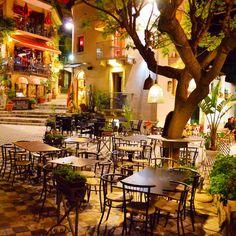 Castelmola, Sicília (jun/15). O post sobre a charmosa Castelmola e a elegante vizinha Taormina já está no blog! Vale a pena visitar Castelmola durante o dia (vista incrível do vulcão Etna) e tb jantar lá à noite! O vilarejo é um charme! No blog indiquei restaurantes com ambientes aconchegantes, vista, boa comida e ótimo custo x benefício. Confere lá www.loucosporviagem.com