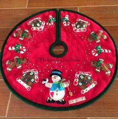 PIE-ÁRBOL DE NAVIDAD                                                                                                                                                                                 Más Felt Christmas, Christmas Stockings, Christmas Holidays, Christmas Crafts, Garland Hanger, Christmas Tree Decorations, Christmas Wreaths, Xmas Tree Skirts, Christmas Sewing Projects