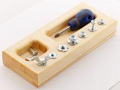 Montessori-Schraube-Treiber-Platine (mit Philips Kopf) wird helfen, Kinder (2-6) die Fähigkeit, praktische Leben mit einem Schraubenzieher zu unterrichten. Das Board wird auch Lehren, Hand-Auge-Koordination während der Arbeit an Feinmotorik. Und - Weile Spaß! Das Board hat separate