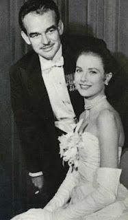 le Prince Raignier de Monaco et Grace Kelly en 1956, lors de leurs fiançailles. D'autres photos de stars sur le post!