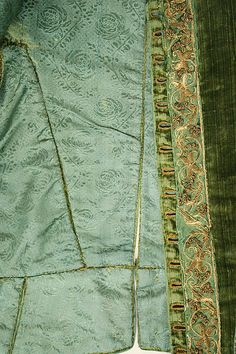 1580 lining/construction detail: each piece sewn and lined as an individual component, then stitched together.  So sections could be made/repaired/replaced as separate pieces, by multiple workers.