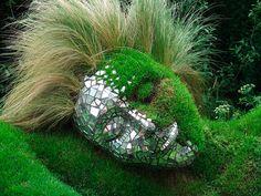 Você sabe o que é Moss Art? É uma mistura de escultura e natureza que tem como objetivo despertar a conscientização ambiental e ecológica nas pessoas!  Essas esculturas estão expostas no The Lost Gardens of Heligan, um dos jardins botânicos mais populare