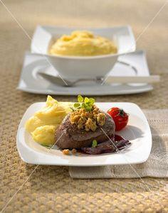 Rinderfilet mit Maronen-Kruste, Zwiebelconfit, Kartoffelpüree