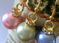 Christmas Bulb Earrings - very cute. You can swap the Christmas bulbs for bells, so you can hear them coming... 1 Minute Craft (re-pinned)