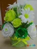 Aranjament - cos crosetat si flori din hartie creponata