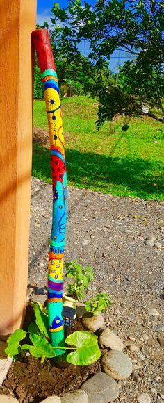 Palos Pintados🎨By Monica Renedo,Art - Palos Pintados🎨By Monica Renedo,Art - Painted Driftwood, Driftwood Art, Garden Totems, Stick Art, Diy Art Projects, Art Crafts, Metal Garden Art, Painted Sticks, Yard Art