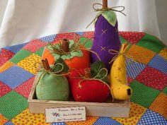 Kit Hortifruti´s pequenos- Caixinha em MDF contendo: 1 pêra, 1 maçã, 1 banana, 1 abóbora e 1 berinjela miniaturas, confeccionadas em feltro, bordadas à mão. elo7 frumigaria arte em tecido