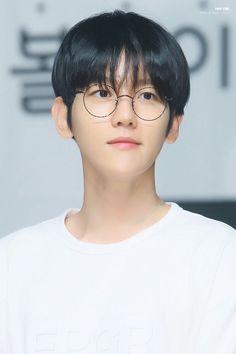 EXO's Baekhyun makes the usually geeky trend look appealing even for those who don't need glasses. Baekhyun, Exo Ot12, Chanbaek, Kim Minseok, Celebrity Travel, Exo Members, Yixing, Korean Singer, Idol