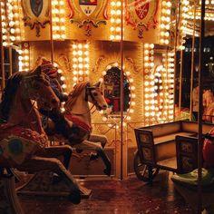 Vino să ne dăm în carusel, să simțim vântul cum ne mângâie chipul.  Fotograf: Szidi Szél Carusel, Fair Grounds, Travel, Voyage, Viajes, Traveling, Trips, Tourism