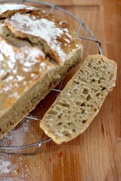 Já aqui falei dezenas de vezes que cá em casa são poucas as vezes que compramos pão. Não que não se coma bastante, mas porque prefiro, por vários motivos, o pão que fazemos em casa. Um dos motivos é m