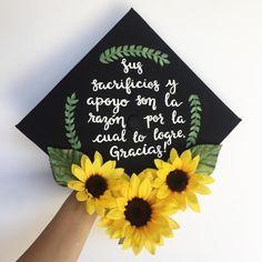 I really like the sunflowers Graduation Cap Toppers, Graduation Cap Designs, Graduation Cap Decoration, Graduation Caps, Grad Cap, Graduation Pictures, College Graduation, Graduation Photoshoot, Cap Decorations