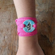 Armbänder für Kinder aus Keramik - Hobbies paining body for kids and adult Vegetable Drinks, Healthy Eating Tips, Clay Crafts, Cuff Bracelets, Girls, Petra, Round Pendant, Arts And Crafts, Guys