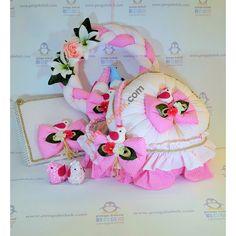 Kuşlu Bebek Odası takımı; el yapımı kumaş kuş süslemeli kapı süsü, bebek sepeti ve takı yastığıyla çok şirin bir özel tasarım. Pengu Bebek