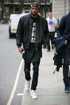 Den Look kaufen:  https://lookastic.de/herrenmode/wie-kombinieren/bomberjacke-pullover-mit-rundhalsausschnitt-jeans-niedrige-sneakers-baseballkappe/7891  — Schwarze Baseballkappe  — Schwarzer und weißer bedruckter Pullover mit Rundhalsausschnitt  — Schwarze Leder Bomberjacke  — Schwarze Jeans mit Destroyed-Effekten  — Weiße Niedrige Sneakers