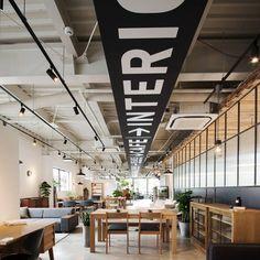 サイン計画をお手伝いさせていただいた熊本のcom design storeさんの竣工写真をいただきました! うれしい!カッコいい! http://www.com-haus.net/