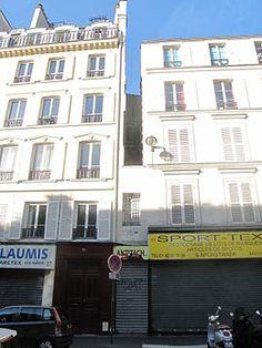 La plus petite maison de Paris. La façade mesure 1,10 m de large et 5 m de haut. Elle est composée d'une unique travée avec un rez-de-chaussée et un seul étage.39, rue du Château d'Eau Paris 75010.