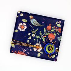Voeg één of meerdere knopen toe als makkelijke en mooie decoratie op je cadeautje! Continental Wallet, Notebook, The Notebook, Exercise Book, Notebooks