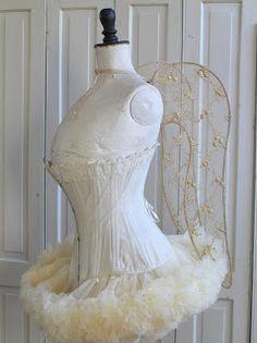 Pastels and Whites: Dames met vleugels / Ladies with wings