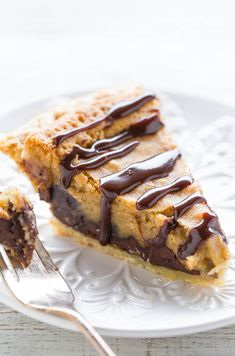 Chocolate Chip Cookie Pie - The filling tastes like the center of an underbaked chocolate chip COOKIE! Easy, rich, decadent, extremely CHOCOLATY and you can use a frozen pie crust! Decadent Chocolate, Chocolate Desserts, Chocolate Chip Cookies, Chocolate Chips, Köstliche Desserts, Dessert Recipes, Dessert Food, Pie Recipes, Gastronomia
