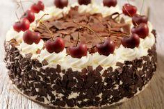 La torta foresta nera è una golosa torta caratterizzata da pan di spagna al cacao, succose ciliegie caramellate e ricoperta da soffice panna montata. Il dolce perfetto sia a fine pasto che come merenda.