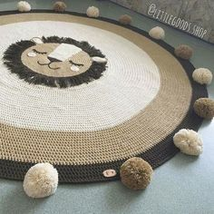 The round crochet rug is a versatile craft that you can make to decorate your home or even to sell and complement your income. Crochet Mat, Crochet Rug Patterns, Crochet Carpet, Crochet Home, Carpets For Kids, Kids Rugs, Animal Rug, Knit Rug, Fur Carpet
