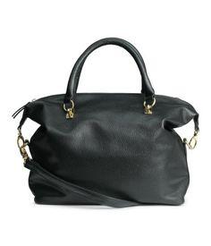 Weiche Handtasche aus Lederimitat mit zwei Tragegriffen, Reißverschluss und abnehmbarem Schulterriemen. Drei Innenfächer, eines davon mit Reißverschluss. Gefüttert. Größe 27x31 cm.