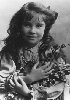 Elizabeth Bowes-Lyon, wife of George VI and mother of the current Queen, Elizabeth II. She was born on August 1900 George Vi, Princesa Elizabeth, Lady Elizabeth, English Royal Family, British Royal Families, Reine Victoria, Queen Victoria, Princess Margaret, Princess Charlotte
