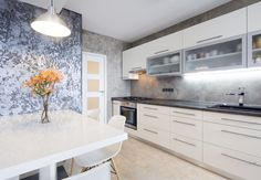 Betonová stěrka se díky dokončovací vrstvě laku dobře udržuje i v tak náročném prostředí,. jako je kuchyň, na úklid stačí vlhký hadřík.