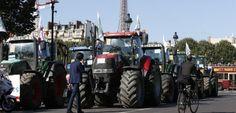"""""""Paysans en détresse"""", """"La mort est dans le pré"""", """"France, n'abandonne pas tes paysans!"""" peut-on lire sur les tracteurs. THOMAS SAMSON AFP PARIS September 3rd 2015"""