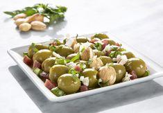 aceitunas verdes,dados de jamón fritos,dados de espárragos verdes salteados,aceite de oliva,almendras tostadas,unas gotas de vinagre de jerez,albahaca picada,queso parmesano