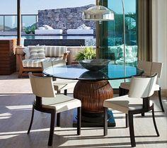 mesa com base de madeira e tampo de vidro
