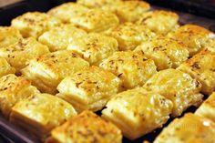 Syrové pagáče sú klasická slovenská delikatesa. Na oslavách bývajú hitom. Dobre sa pri nich popíja vínko a síce majú byť malým, efektným občerstvením, je celkom ťažké nezjesť syrových pagáčov celú misu. Recept sa raz isto hodí každému, pretože niečo tak lahodné a chutné sa nedá neľúbiť :) Salty Foods, Pretzel Bites, Nutella, Macaroni And Cheese, Biscuits, Food And Drink, Appetizers, Menu, Potatoes