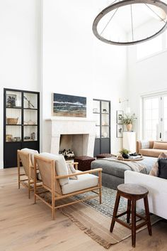 Affordable Boho Rugs that are under $500. I love layering and adding rugs in living rooms and bedrooms for a statement. Whether you like colorful rugs, more neutral, or like black and white or even red or blue rugs, you will find one you love! Click for the best places to get budget friendly rugs that are large and beautiful that are high quality Estudio Mcgee, Rugs In Living Room, Living Room Decor, Living Spaces, Ideas Decoracion Salon, Great Room Layout, Transitional Chairs, Design A Space, Fresh Farmhouse