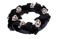 Coroa falecimento 50 cm Halloween : Esta coroa de falecimento têm um diamêtro de 38 cm. Ela tem caveiras e rosas pretas.Ponha a sua coroa numa porta ou num portão, esta decoração mórbida...