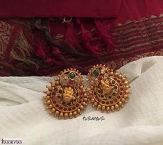 31 Chandbali Earrings Designs That Will Blow Your Mind Indian Jewelry Earrings, Jewelry Design Earrings, Gold Earrings Designs, Designer Earrings, Antique Earrings, Temple Jewellery, Gold Ring Designs, Gold Bangles Design, Gold Jewellery Design