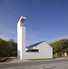 mooie vormgeving, kerk als kunstobject; church congregation hall in Hungary by local firm SAGRA Architects